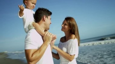 Parents with son on beach vacation — Vídeo de Stock