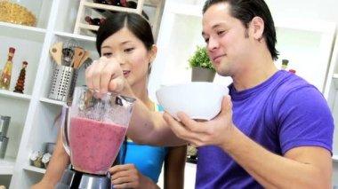 Couple preparing organic fruit smoothie — Stock Video