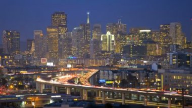 San Francisco dusk illuminated commuter traffic elevated Highway — Stock Video