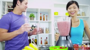 Couple making nutritious fresh homemade fruit juice — Stock Video
