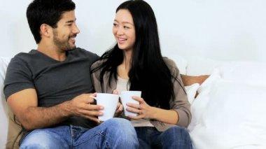 Coppia di bere il caffè a casa — Video Stock