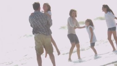Parents with daughters playing on beach — Stock Video