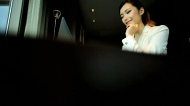 Businesswoman working in hotel apartment — Stock Video