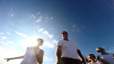 Famiglia sulla spiaggia le riprese Autoritratto — Video Stock