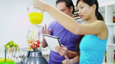 Couple Making Organic Fruit Drink — Stock Video