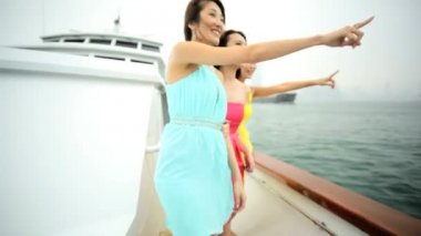 Girls viewing cityscape on yacht — Stock Video