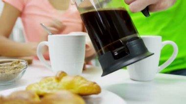 Caffè di versamento di coppia — Video Stock
