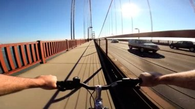 Cycle rider on Golden Gate Bridge — Stock video