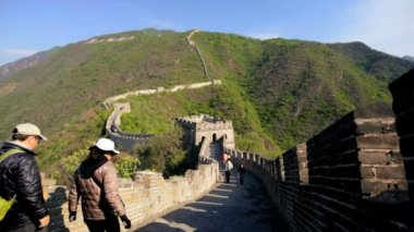Landscape Great Wall of China with arch Watchtower Mutianyu and tourists — Stock Video