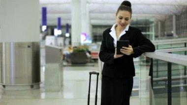 Femme d'affaires caucasien au terminal de l'aéroport — Vidéo