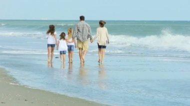 Familie genieten van tijd op strand — Stockvideo