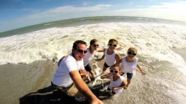 Family on beach filming self portrait — Stock Video