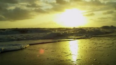 Golden sunset over ocean waves — Stock Video
