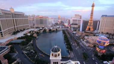 Sunset Bellagio fountains city traffic Las Vegas Strip, Nevada, USA — Stock Video