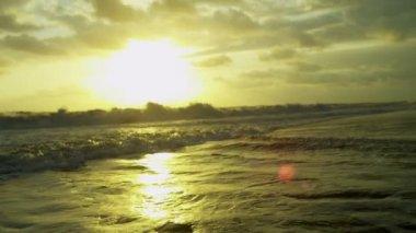Golden sunset over ocean waves — Stockvideo