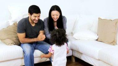 Los padres en casa jugando con la hija — Vídeo de Stock