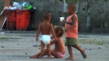 Small children playing at hillside favela in poor Urban housing — Stock Video