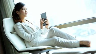Businesswoman in hotel with tablet — Stock Video