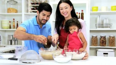 Couple with daughter preparing ingredients — Stock Video