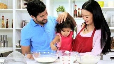 Coppia con la bambina in cucina — Video Stock