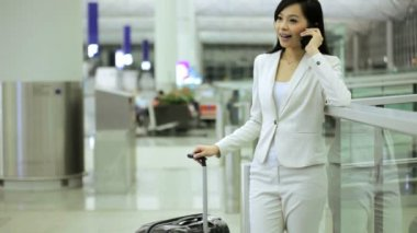 Asian businesswoman in airport terminal — Stock Video
