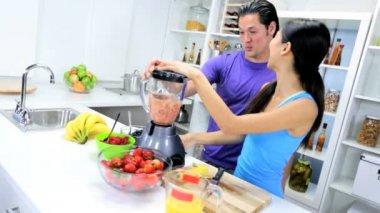 Couple making Organic Fruit Smoothie — Stock Video