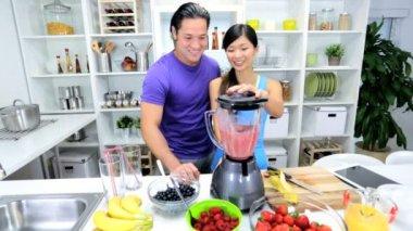 Couple Preparing Healthy Fruit Smoothie — Stock Video