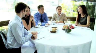 Business people discussing on lunch meeting — Vídeo stock