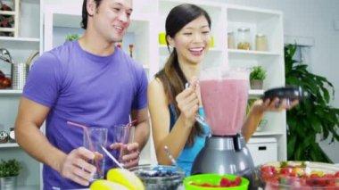 Couple making nutritious fresh homemade fruit juice drink — Stock Video