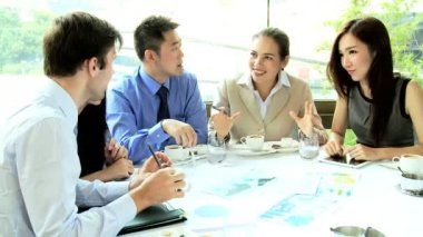 Business people discussing in restaurant — Vídeo stock