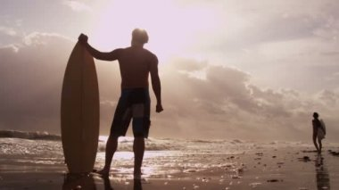 Surfers holding surfboards and watching waves — Stock Video