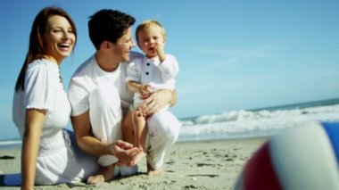 Parents with son on sandy beach — Stock Video