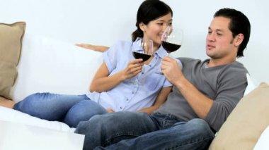 Vino bevente delle coppie sul sofà — Video Stock