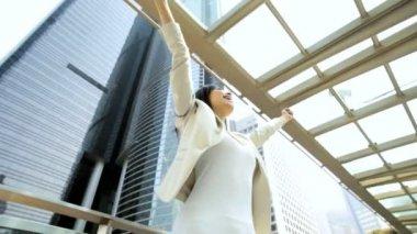 Businesswoman outdoors celebrating — Stockvideo