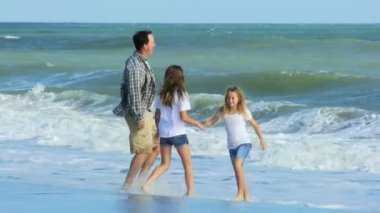 Padre che gioca con le figlie sulla spiaggia — Video Stock