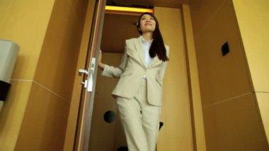 Podnikatelka vstupuje do hotelového pokoje — Stock video