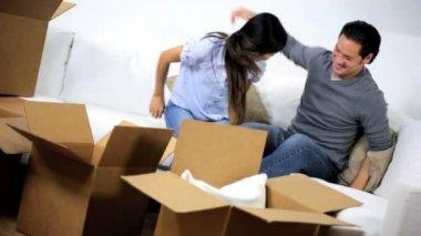 Par avkopplande efter hem flytta uppackning — Stockvideo