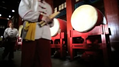 Chinese drum players leaving Drum Tower — Stock Video