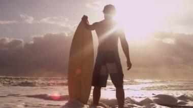 Man holding surfboard on beach — Stock Video