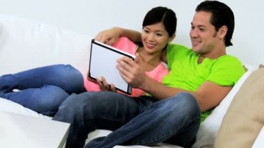 Couple using tablet on couch — Stock Video