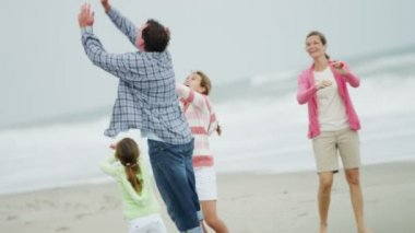 Family with kite on beach — Stock Video