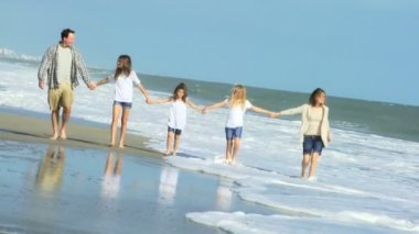 Parents with daughters on beach — Stock Video