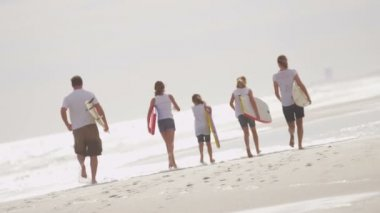Parents with daughters running on beach — Stock Video