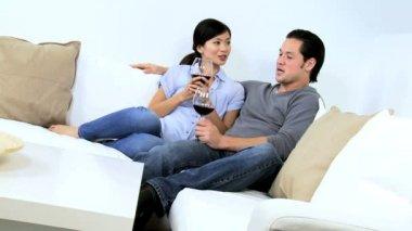 对夫妇喝交杯酒坐在沙发上 — 图库视频影像