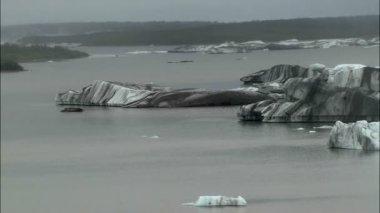 Floating icebergs moraine dirt glacier — Stock Video