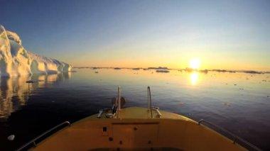 小船漂浮在海面上与融化的冰山 — 图库视频影像