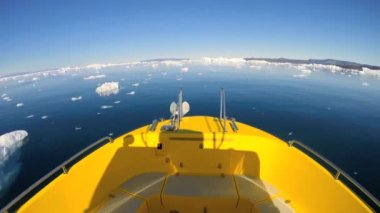 Boat in the ocean waters with melting icebergs — Stock Video
