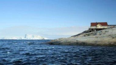 Disko Bay Greenland coast building — Stock Video
