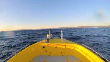 Barca che galleggia nell'oceano con gli iceberg — Video Stock