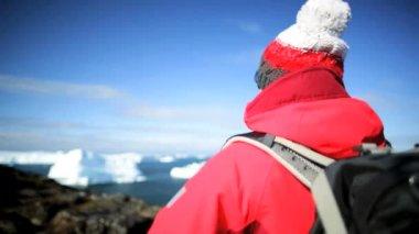 Hiker femenino durante la expedición al Ártico de la bahía de disko — Vídeo de Stock